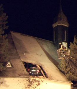 Como esse beócio conseguiu atingir a torre da igreja? Certamente estava voando, não é mesmo?