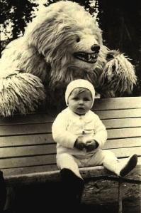 Reparem que a pequena Sheila está vendo tudo por um espelhinho retrovisor, fazendo com que o cuzão vestido de urso pareça ridículom.