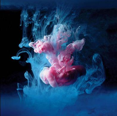 série 'Aqueous', do fotógrafo britânico Mark Mawson, remete o espectador a um ambiente liquefeito, onde se destacam formas que sugerem como alienígenas, águas-vivas, fetos.